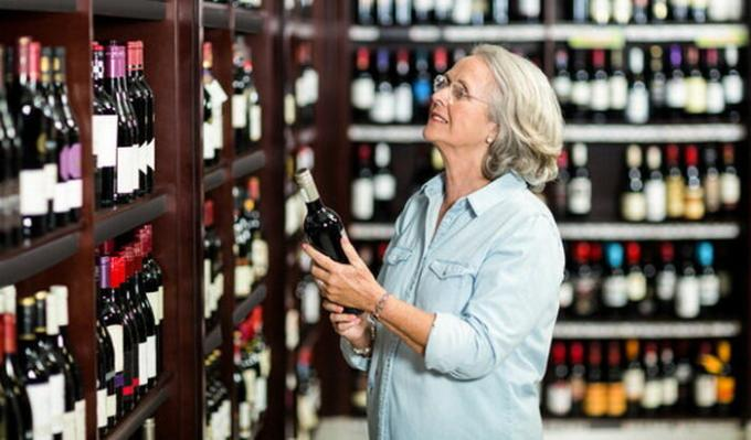Should the visitor to pay damages if the supermarket has broken a bottle of wine