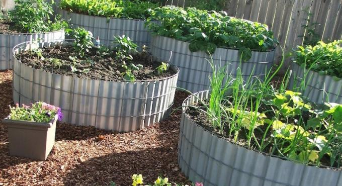 Photo: ccrcroselawn.com/wp-content/uploads/2017/06/Round-Metal-Raised-Garden-Beds.jpg