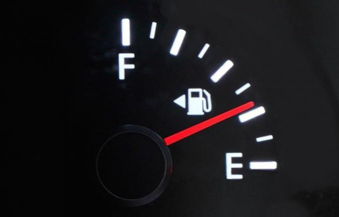 6 proven tips on how to drive on an empty tank